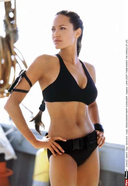 """Sculpturale en bikini noir, Angelina incarne à nouveau Lara Croft dans """"Tomb Raider, le berceau de la vie"""" (2003)"""
