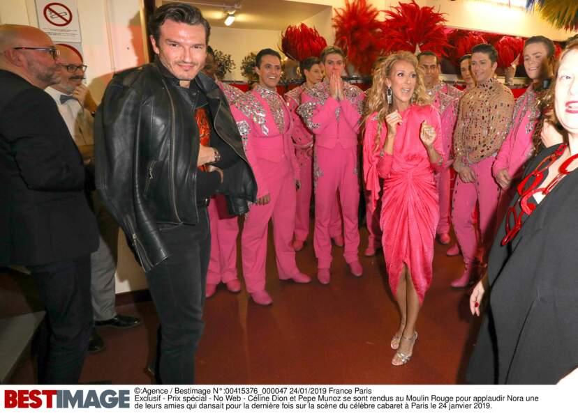 Céline Dion et Pepe Munoz dans les loges du Moulin Rouge, entourés des danseurs du cabaret, le 24 janvier 2019