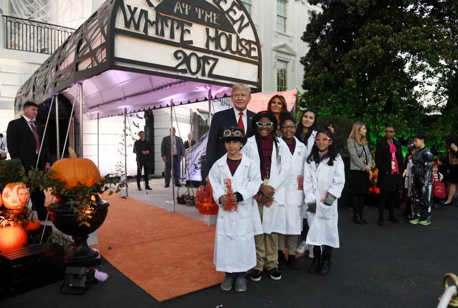 Melania et Donald Trump ont pris la pose aux côtés des enfants déguisés