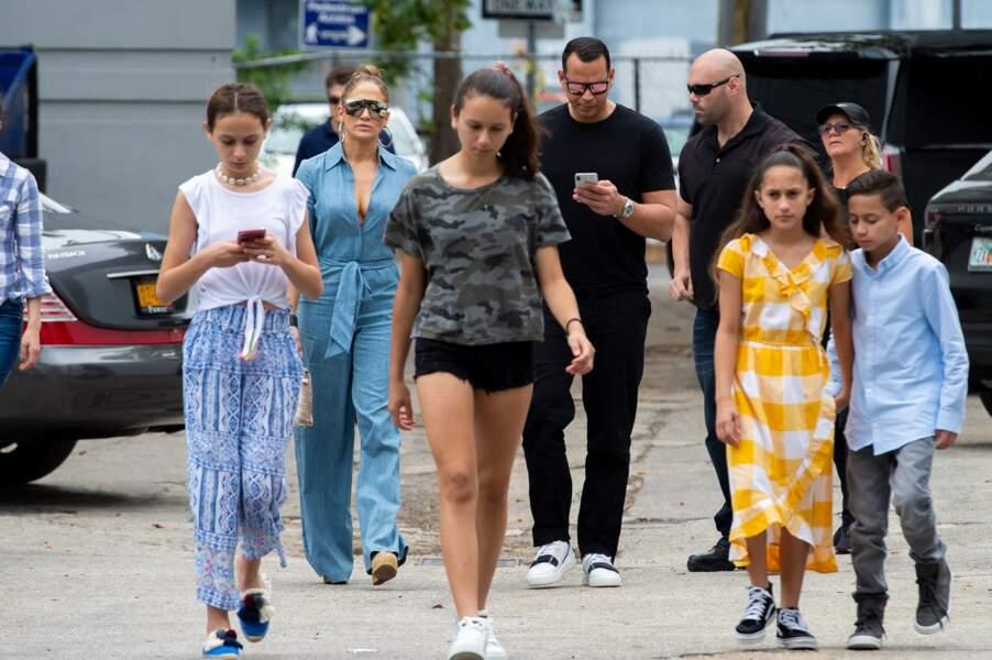 Jennifer Lopez en famille avec un sac Hermès en croco, à Miami, le 20 avril 2019.