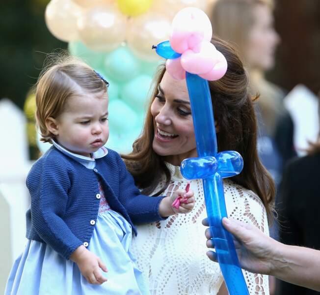 La princesse Charlotte peu impressionnée par le ballon