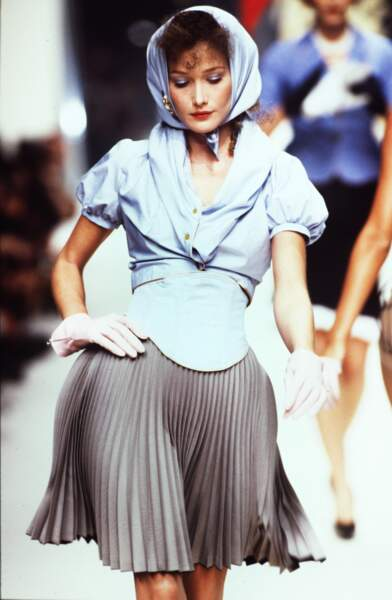 Recrutée par City Models à l'âge de 19 ans, Carla a imposé son allure aristocratique sur les podiums pendant 10 ans