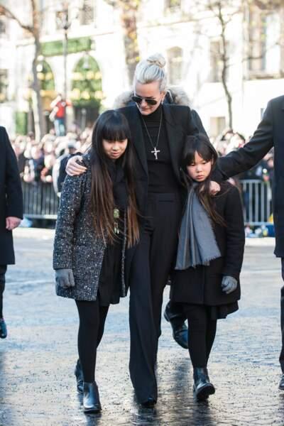 Laetia Hallyday entoure ses filles place de la Madeline