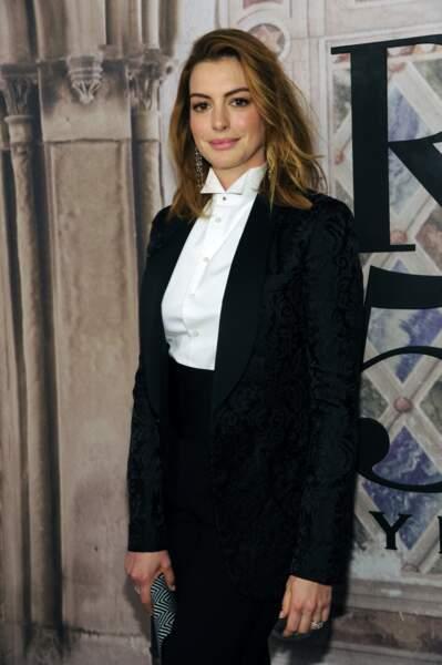 Anne Hathaway très chic en costume noir et chemise blanche