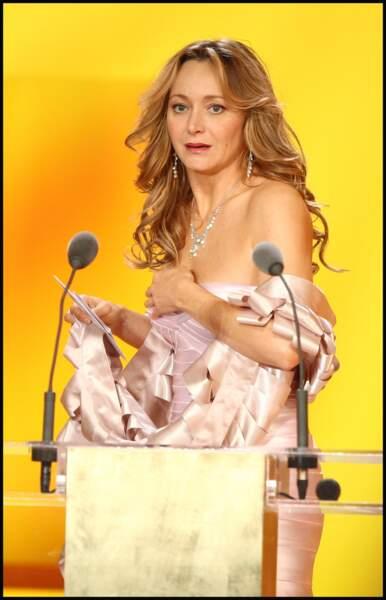 Julie Ferrier trahie par sa robe bustier lors des César en 2009