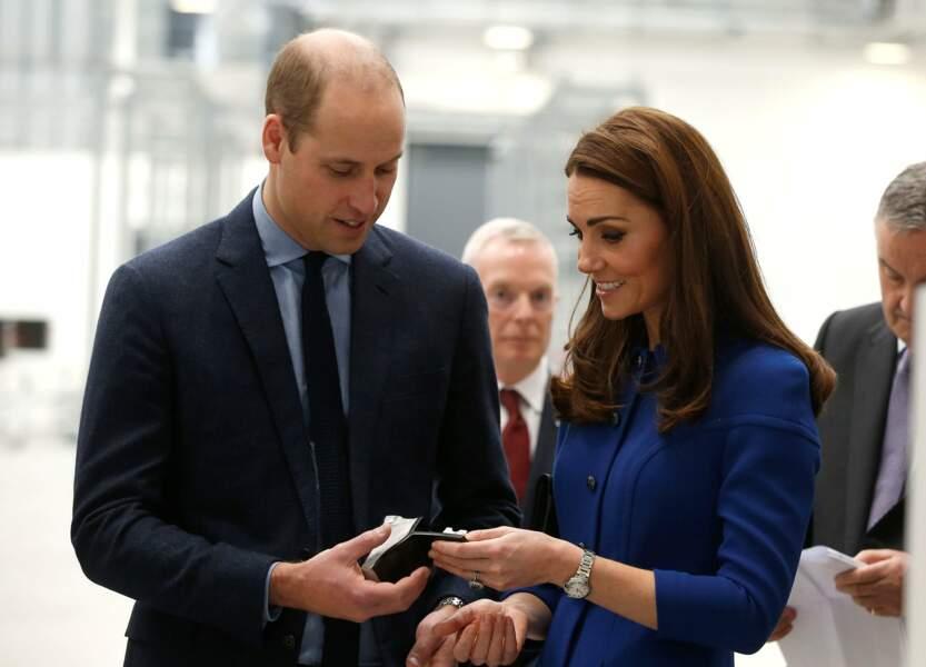 Kate Middleton et le prince William accordent leur tenue : lui en chemise bleue clair, elle en robe bleue roi