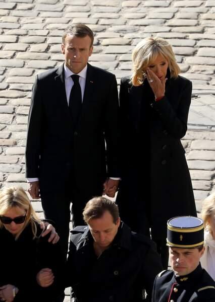 Brigitte Macron, très émue, au bras d'Emmanuel Macron lors de l'hommage national à Charles Aznavour