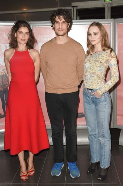"""Lily-Rose Depp pose aux côtés de Louis Garrel et de Laetitia Casta, ses partenaires dans le film """"L'Homme fidèle""""."""