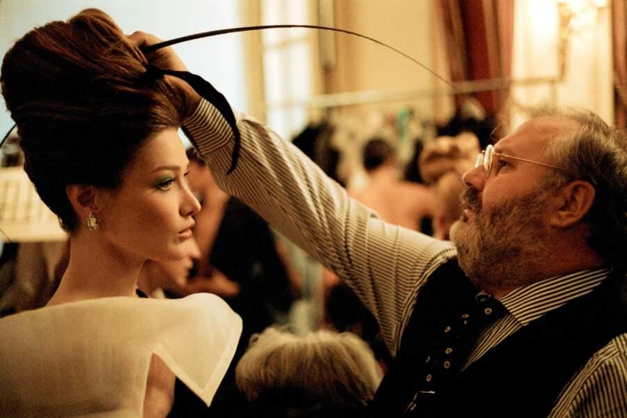 Carla Bruni et son maxi chignon haut, avec Gianfranco Ferre en backtage du défilé Dior en 1995 à Paris
