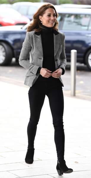 Kate Middleton opte pour le jeans pour un look basique, inspiré de Meghan Markle.
