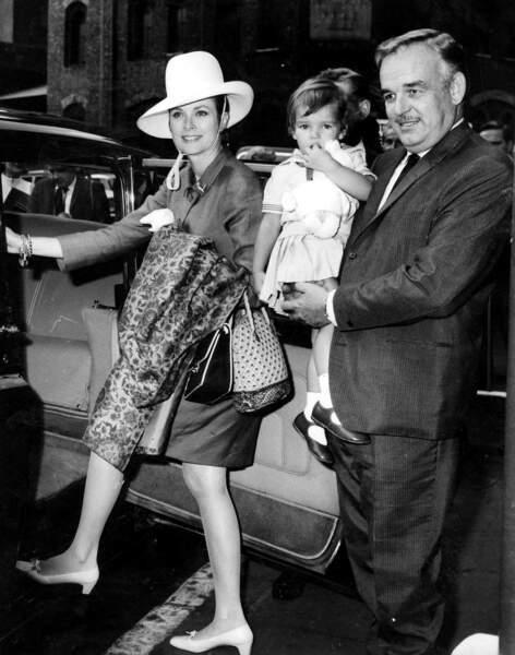 Grace et Rainier de Monaco, avec Stéphanie, arrivent à la gare de Victoria à Londres en 1967