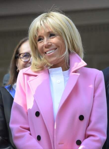 Col légèrement relevé et blouse blanche, le look de Brigitte Macron se démarque.