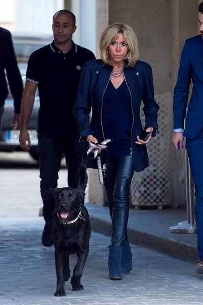 Nemo semble ravi de cette promenade avec Brigitte Macron