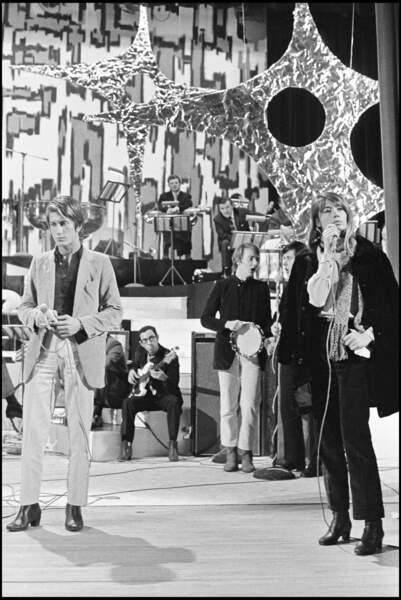 En 1967, Jacques Dutronc et Françoise Hardy sur le plateau pour un concert.