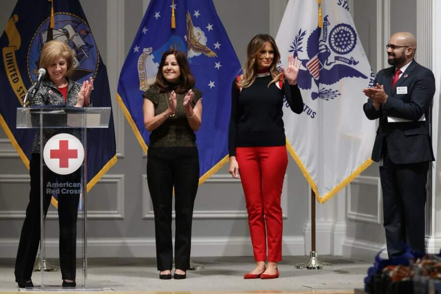Melania Trump en pull Madeleine Thompson et jean slim rouge, à la Croix Rouge de Washington, le 27 novembre 2018