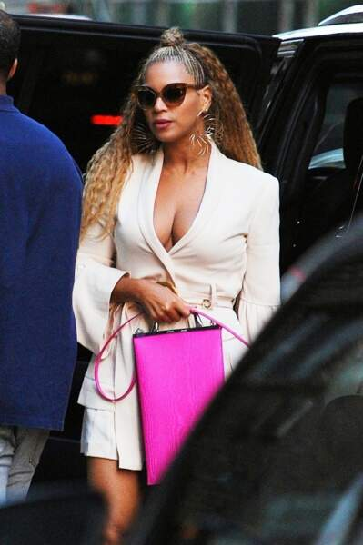 Avec Beyonce, La robe blanche se transforme en pièce glamour.
