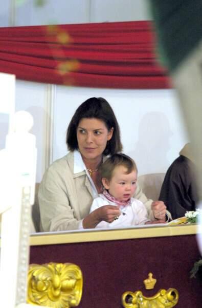 Alexandra de Hanovre dans les bras de sa mère Caroline le 26 avril 2001