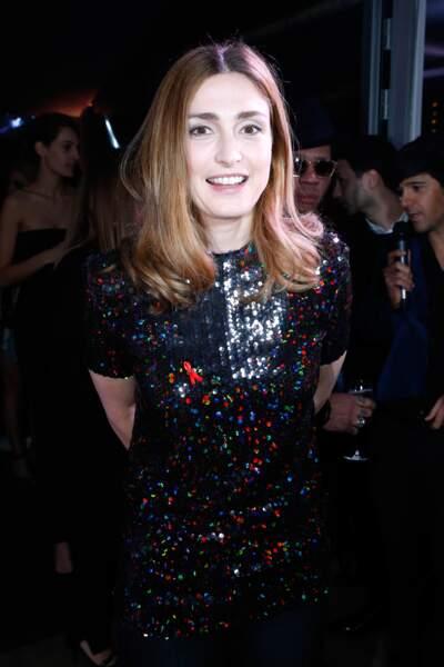 Au dîner de Sidaction habillée par une robe glitter Nina Ricci c'est pourtant par son teint qu'elle rayonne