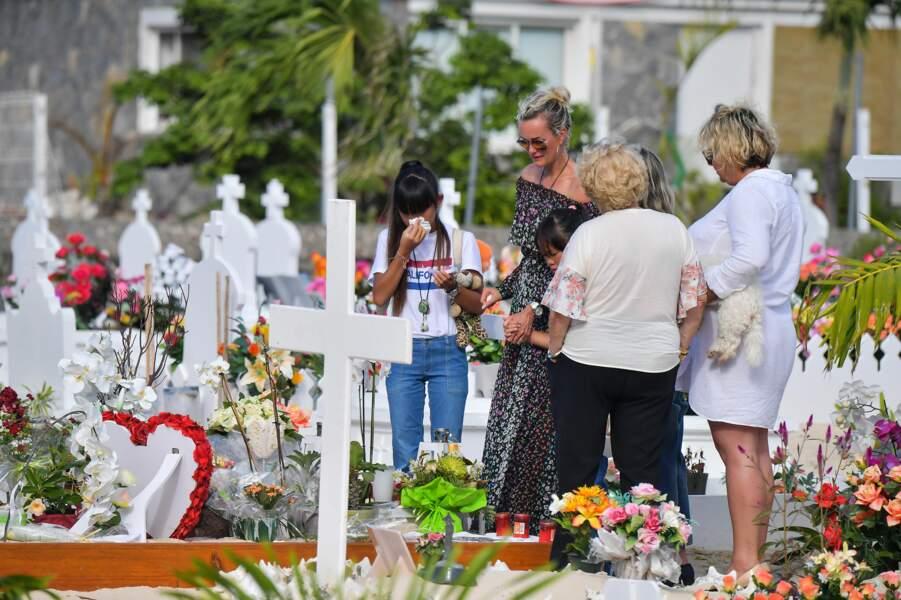 Laeticia, Jade et Joy Hallyday font une dernière visite sur la tombe de Johnny le 15 janvier 2018