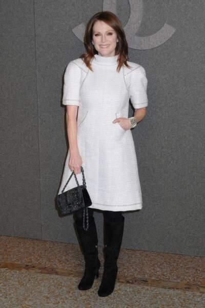 Julianne Moore stylée en robe blanche et bottes noires chez Chanel