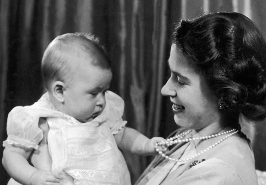Le Prince Charles dans les bras de la Reine Elisabeth