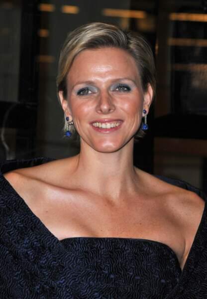 Mèche brushée, Charlène de Monaco s'essaye au fard à paupière bleu