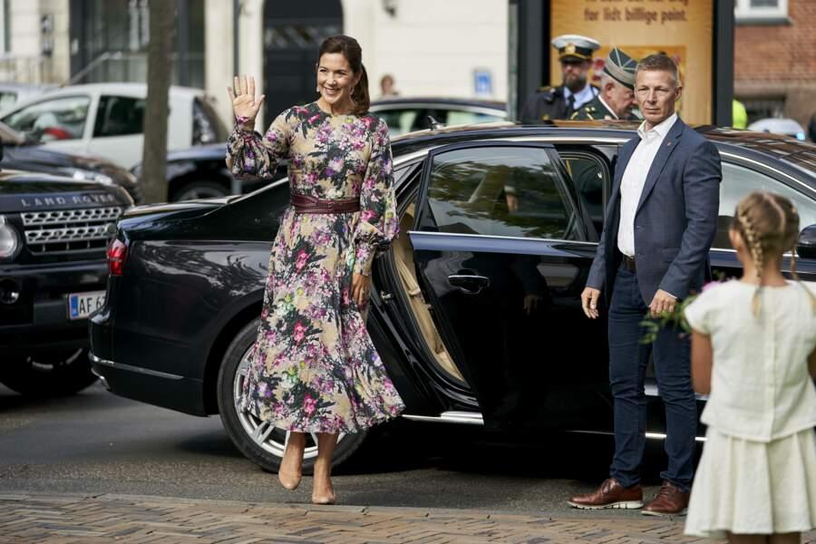 La princesse Mary de Danemark est dans le thème avec une robe à fleurs
