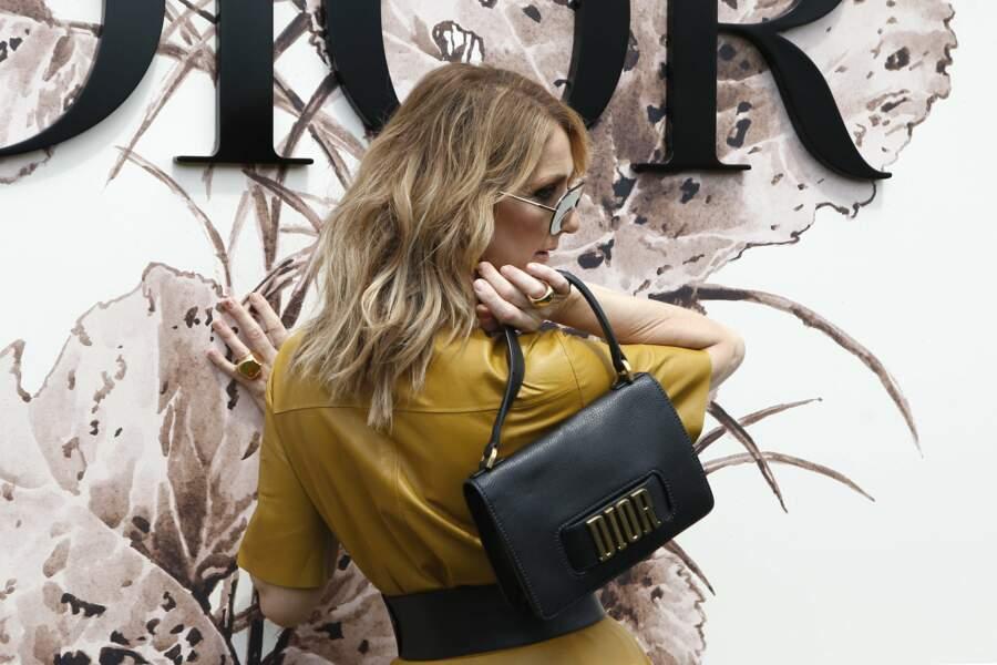 Ses lunettes de soleil? Griffées Dior, évidemment!