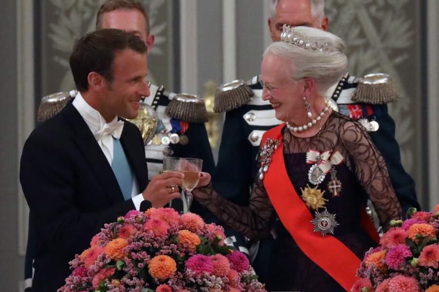 Emmanuel Macron en pleine conversation avec la reine Margrethe II de Danemark.