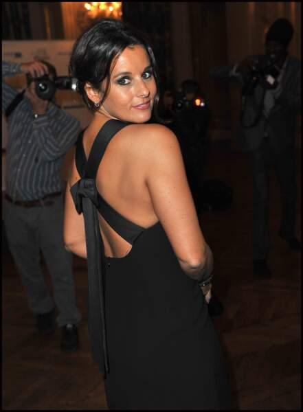 Faustine Bollaert sublime avec une robe de soirée de couleur noire le 26 septembre 2011