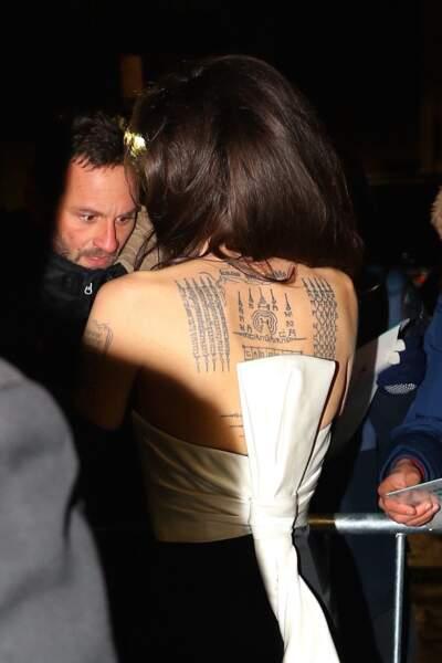 Angelina Jolie salue ses nombreux fans venus l'attendre à la sortie de cette soirée très chic