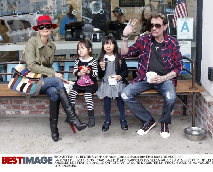 En février 2012 après la sortie de l'école, Johnny, Laeticia, Jade et Joy déguste des yaourts glacés à Los Angeles