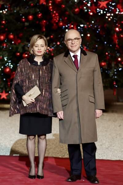 Le couple prend la pose devant le sapin de Noël de l'Elysée