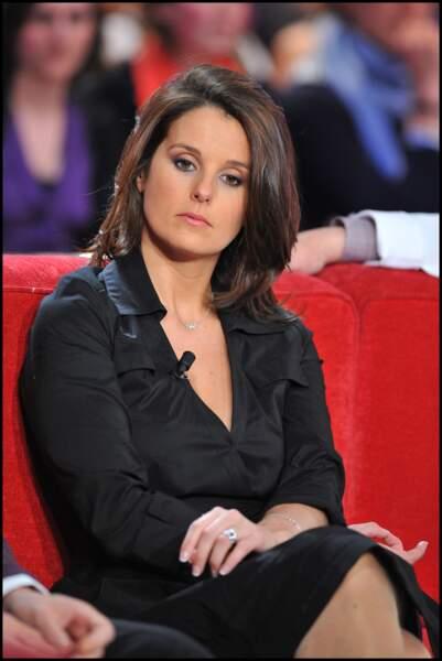 Faustine Bollaert reste simple avec une robe noire ayant un décolleté plongeant à Paris le 14 avril 2010