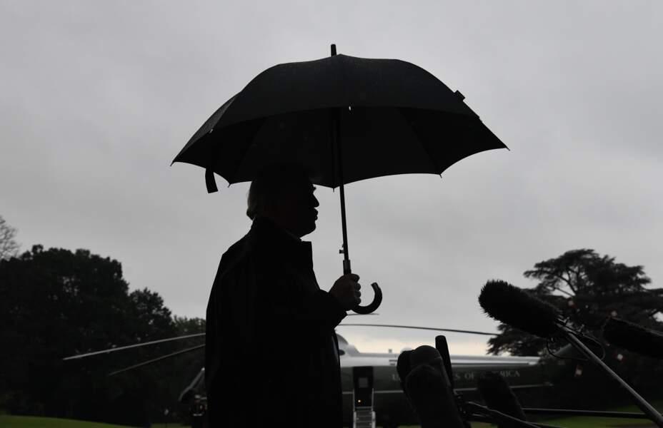 Donald Trump sous son parapluie le 15 octobre 2018
