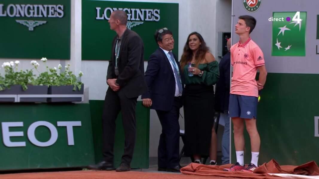 Marion Bartoli porte une tenue laissant apparaître ses épaules