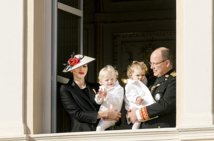 Au balcon, pour la fête nationale monégasque, Jacques tente un petit salut pendant que sa soeur Gabriella... boude
