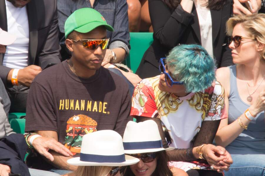 Pharrell Williams caché par des lunettes et une casquette