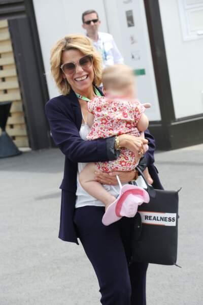 Laura Tenoudji, maman poule avec sa fille Bianca au Grand Prix de France au Castellet le 24 juin