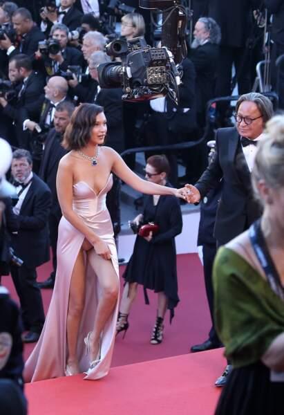 Bella Hadid dévoile ses dessous en montant les marches de Cannes avec son père en 2017