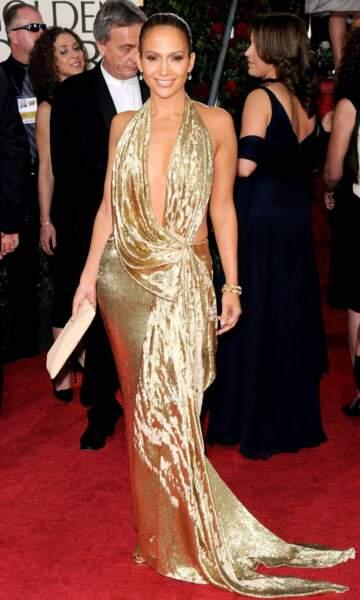 Jennifer Lopez n'a jamais froid aux yeux et pas que. En 2009, elle rayonne dans une robe très décolletée dorée. Hot