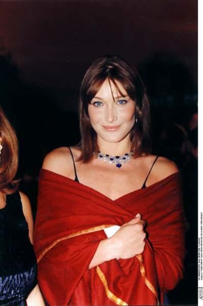 Carla Bruni et son carré long avec frange effilée, au Bal de la Rose à Monaco en 1998