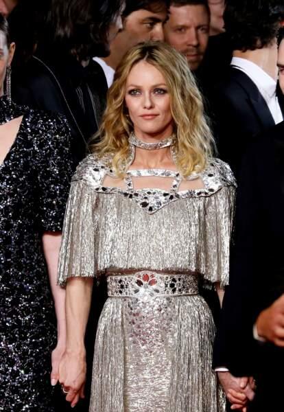Le 17 mai, tout autre look pour Vanessa Paradis en robe de vestale Chanel