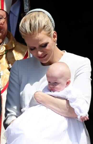 Charlène de Monaco avec le prince Jacques lors de son baptême en la Cathédrale de Monaco le 10 mai 2015