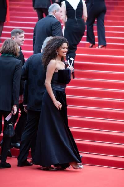 Tina Kunakey portait une robe bleu nuit signée Giorgio Armani
