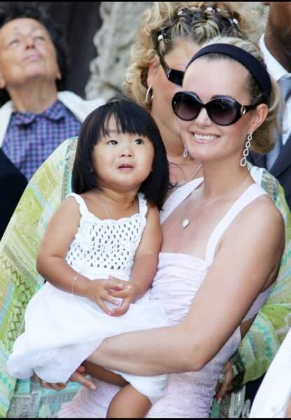 Juillet 2006, Laeticia et sa fille Jade au mariage de Jean Reno et de Zofia Borucka aux Baux-de-Provence.