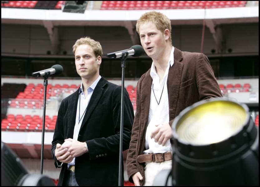 Le prince William et le prince Harry lors du concert hommage à Diana à Wembley, le 1er juillet 2007