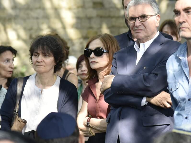Isabelle Huppert, cachée derrière ses lunettes de soleil, aux obsèques de Claude Lanzmann