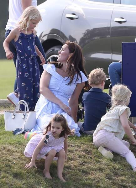 La princesse Charlotte, pieds nus, s'apprête à faire une roulade