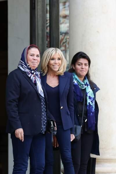 Brigitte Macron en blazer épaulé bleu marine